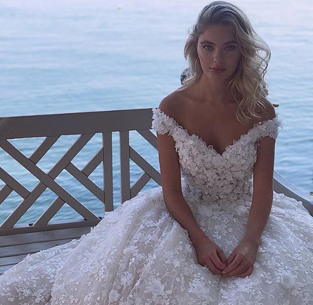 Vestido de novia con escote pico y hombros descubiertos
