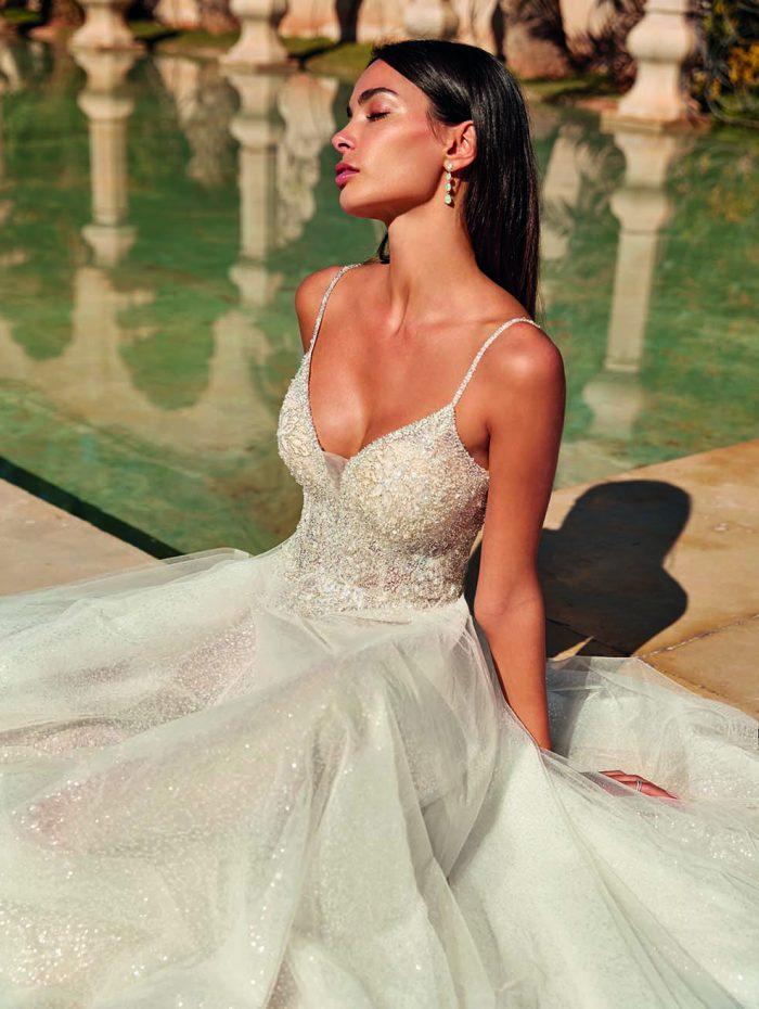 Vestido de novia con escote pico